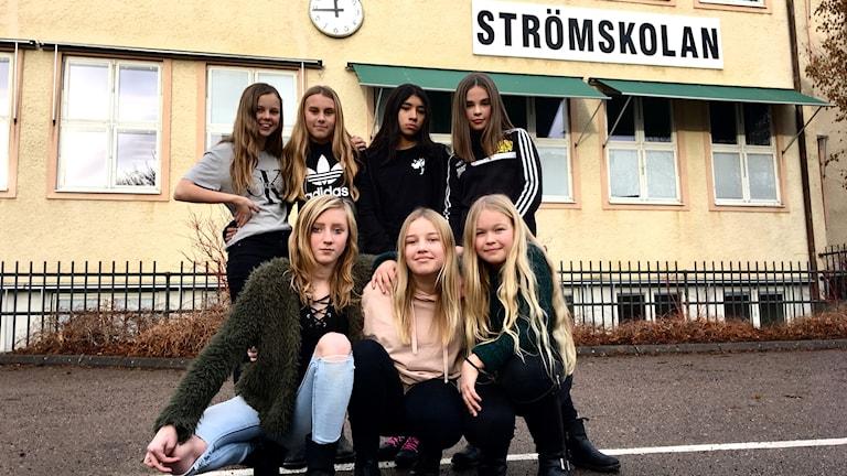Sju tjejer utanför Strömskolan i Kinna.