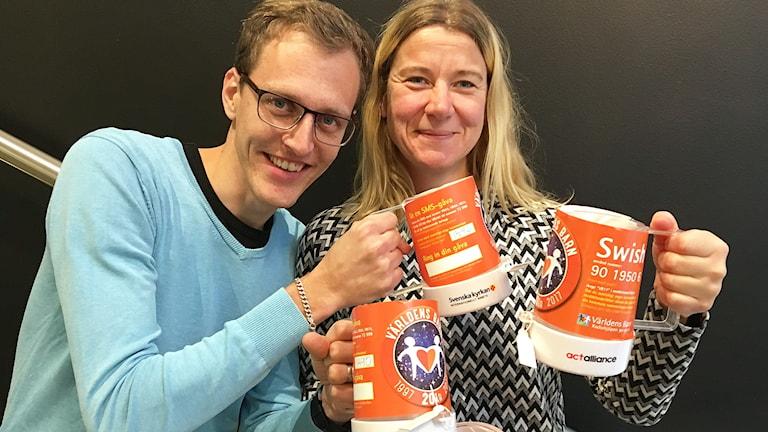 programledarna Marcus Léonarde och Kristin Holmberg håller i insamlingsbössorna