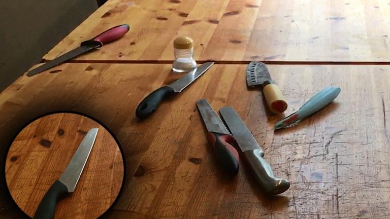 Ett gäng köksknivar av olika typ och storlek låg i köket på boendet när P4:s reportrar klev in i köket.