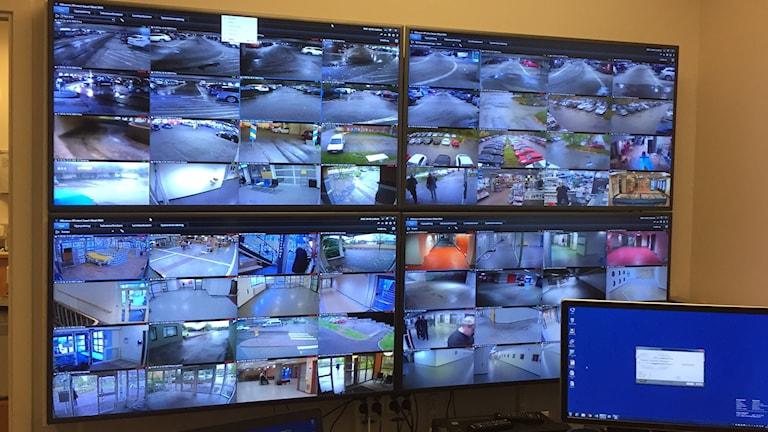 Vägg med monitorer från kameraövervakningen på SÄS.