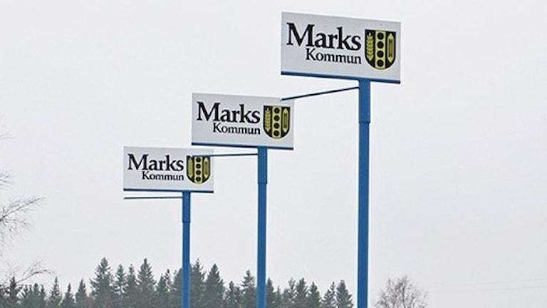 Marks kommuns logga på tre skyltar