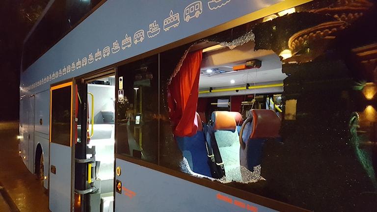 Trasig ruta - 100-bussen efter att mannen hoppat ut.