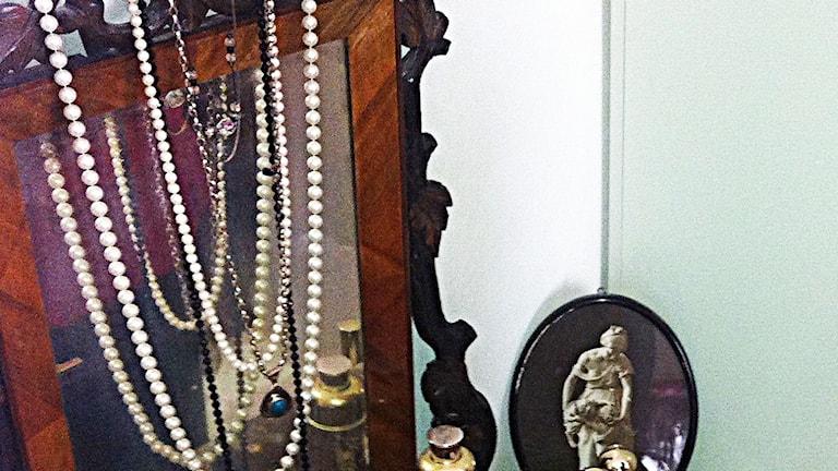 Smycken hemma hos en äldre kvinna.