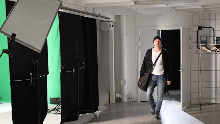 Emil bredvid filmskärmar
