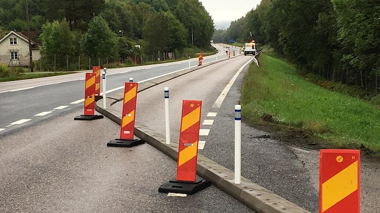 Ett blinkande fordon från Trafikverket samt några vägkonor vittnar om ombyggnad av gamla riksväg 40 utanför Ulricehamn.