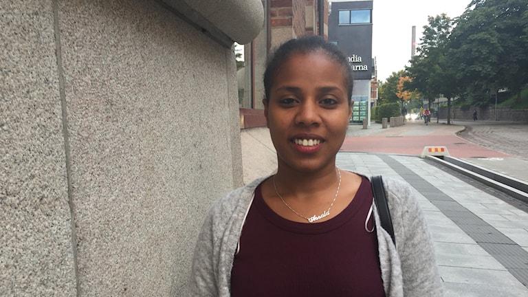Assala Abdisalam utanför P4 Sjuhärad i Borås.