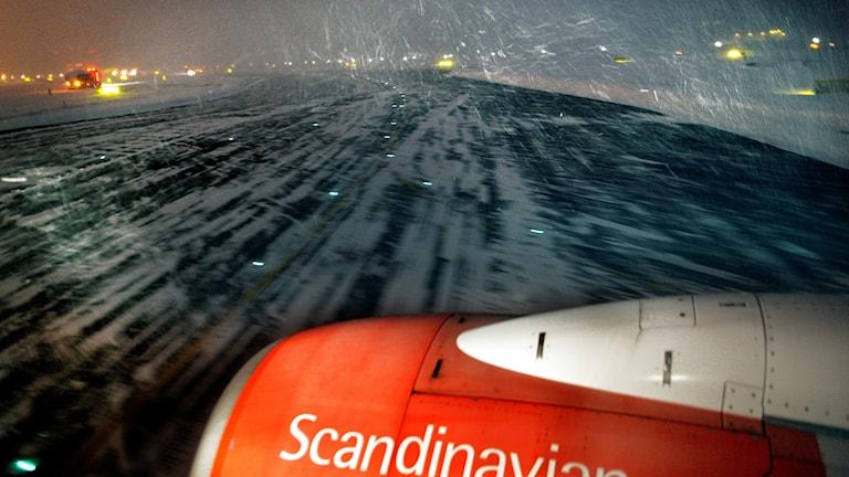 Flygplan på isig landningsbana.