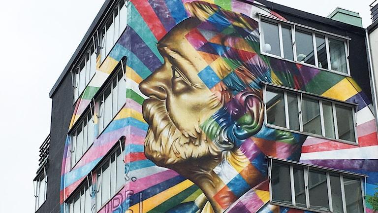 En väggmålning föreställande en man i profil.