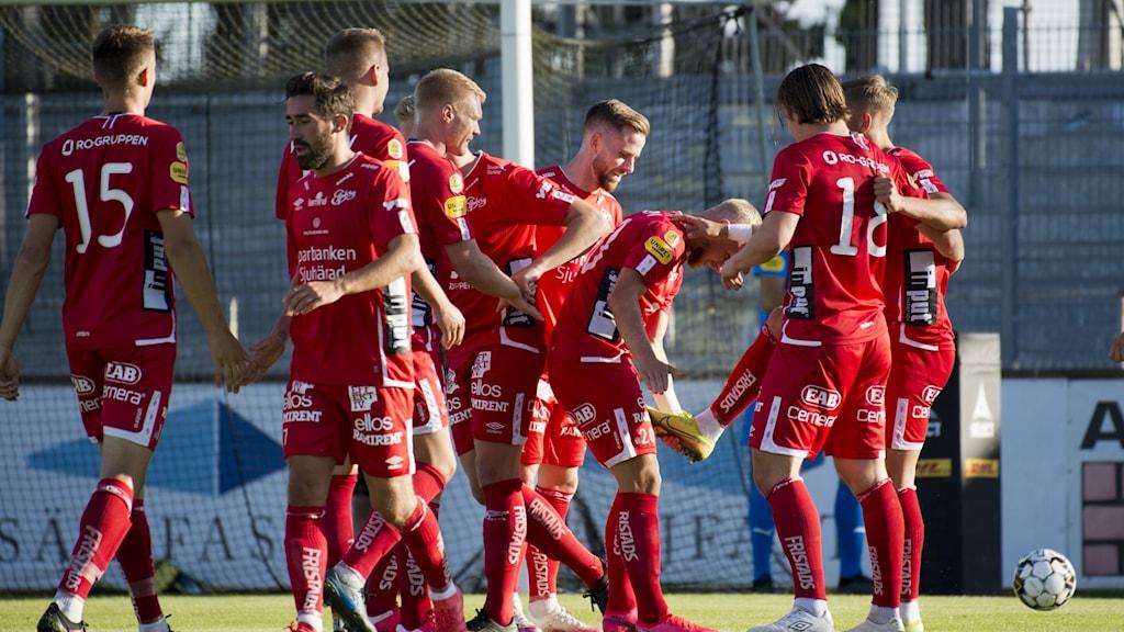 Elfsborg jublar efter ett av sina fem mål i bortamötet med Mjällby i somras