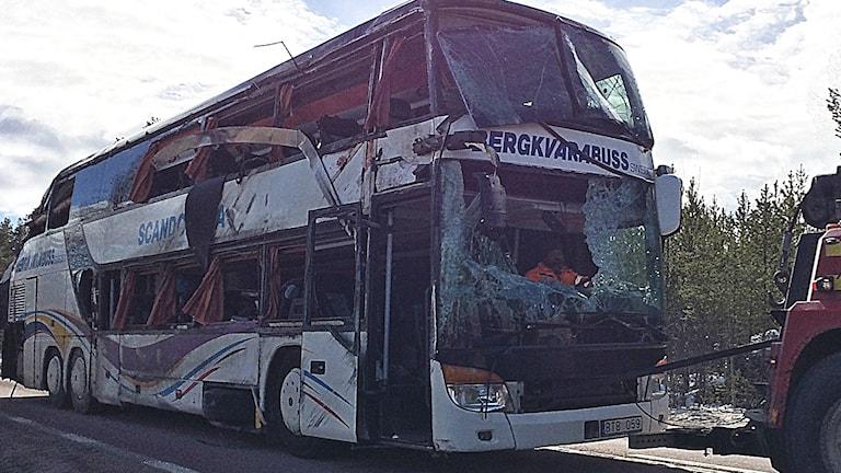 Bussen från olyckan bogseras bort från olycksplatsen