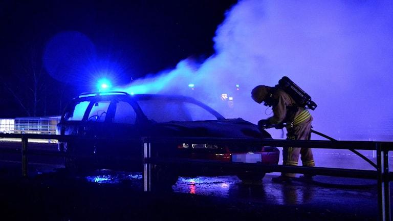 Bilen började brinna under färd.