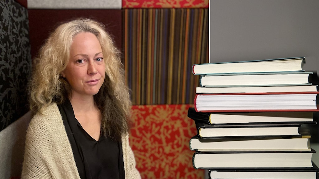 En kvinna sitter i en soffa. Till höger en hög böcker.