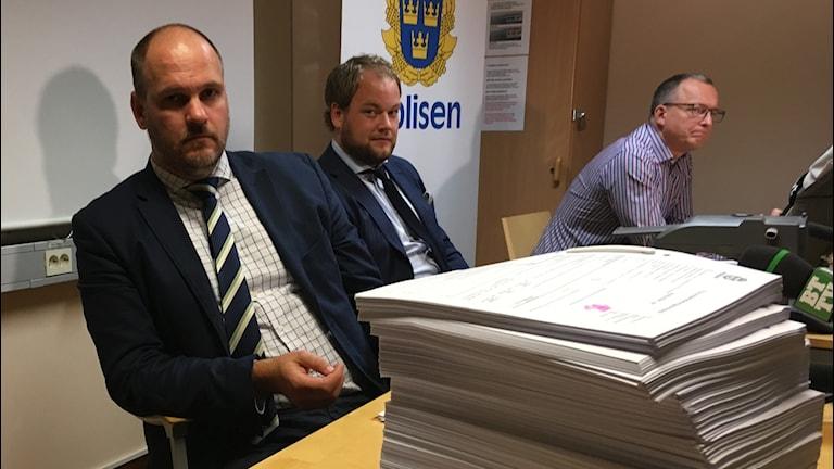 Fr.v. Kammaråklagare Patrik Tilly, assistentåklagare Andreas Lennartsson och Claes Lindberg, gruppchef grova brott. polisområde Älvsborg.