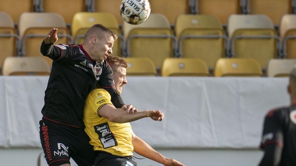Kalmars Sebastian Ring och Elfsborgs Per Frick under lördagens fotbollsmatch i allsvenskan mellan IF Elfsborg och Kalmar FF på Borås Arena.