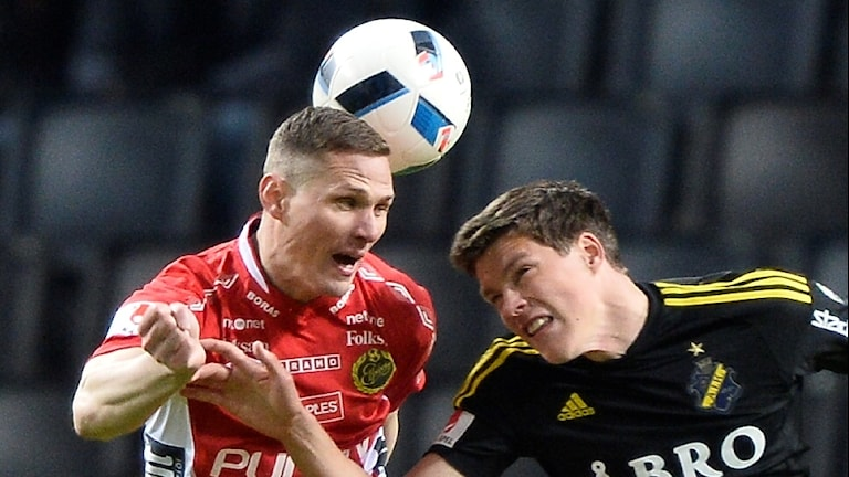 Elfsborgs Jon Jönsson i nickduell med Sauli Väisänen.