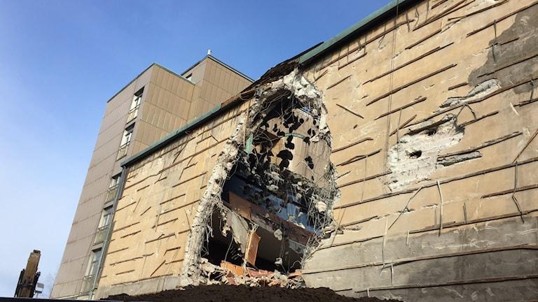 Bilden föreställer Folkan som precis har börjat rivas. Det är ett stort hål i väggen.