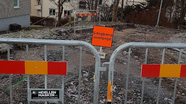 Avspärrad gångbana på grund av vägarbete.