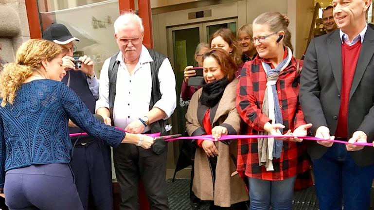 Sveriges Radios VD Cilla Benkö klipper bandet som hålls upp av publiknätverket utanför entrén.