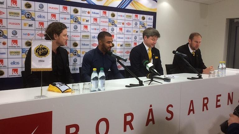 Fyra män sitter vi ett podium när Elfsborg presenterar en ny spelare