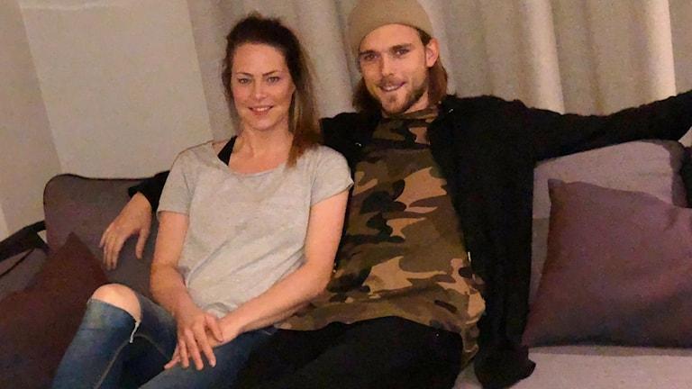 Johanna Almgren och Tom Pettersson håller om varandra i en soffa