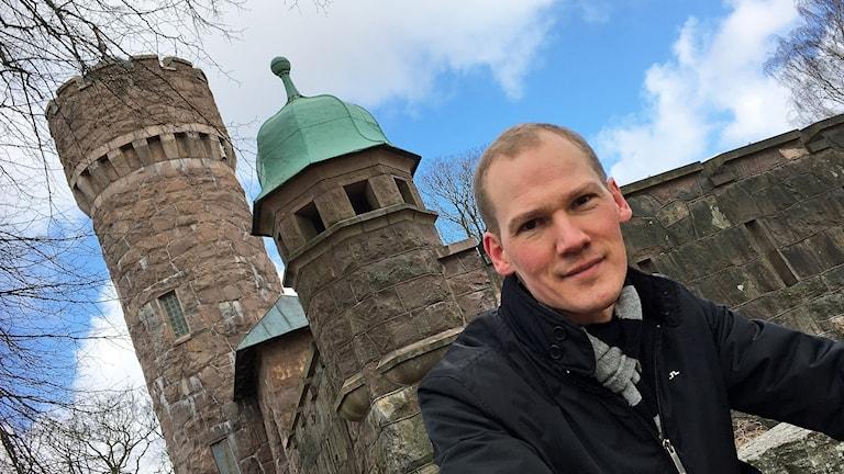 Richard Svanberg på Lokalförsörjningsförvaltningen, framför vattentornet i Borås.