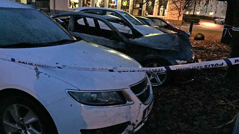 Två bilar förstördes i nattens brand på Norrmalm