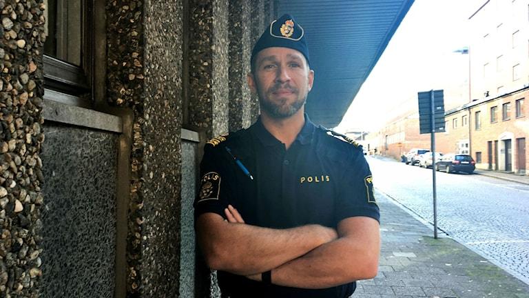 Tomas Stakeberg Jansson, polisområdeschef, står rakt framför kameran med armarna i kors.