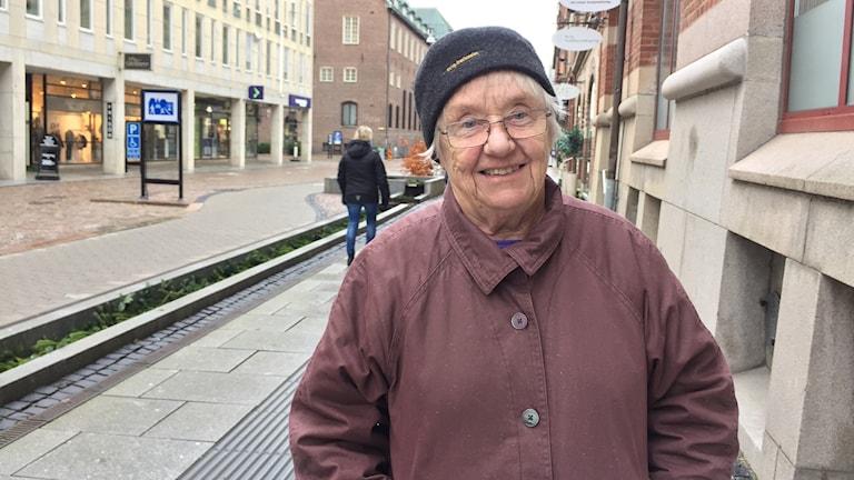 Bild på Berit Frändås som står på en gata i Borås.