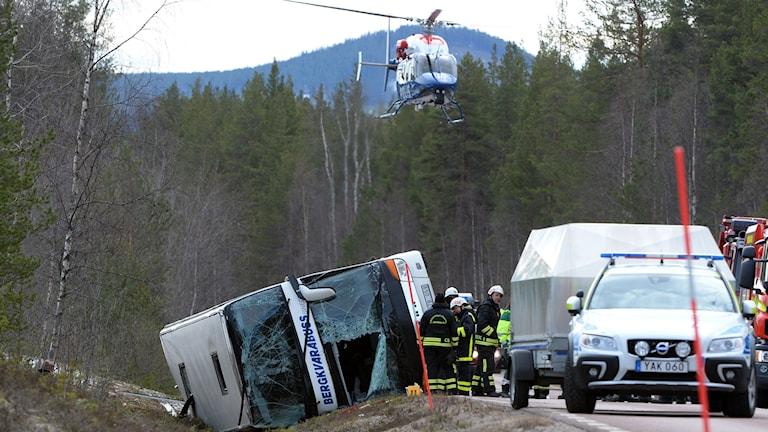 Räddningstjänst polis och ambulans på platsen där tre personer dog i en allvarlig bussolycka på E45 mellan Sveg och Fågelsjö i Härjedalen.