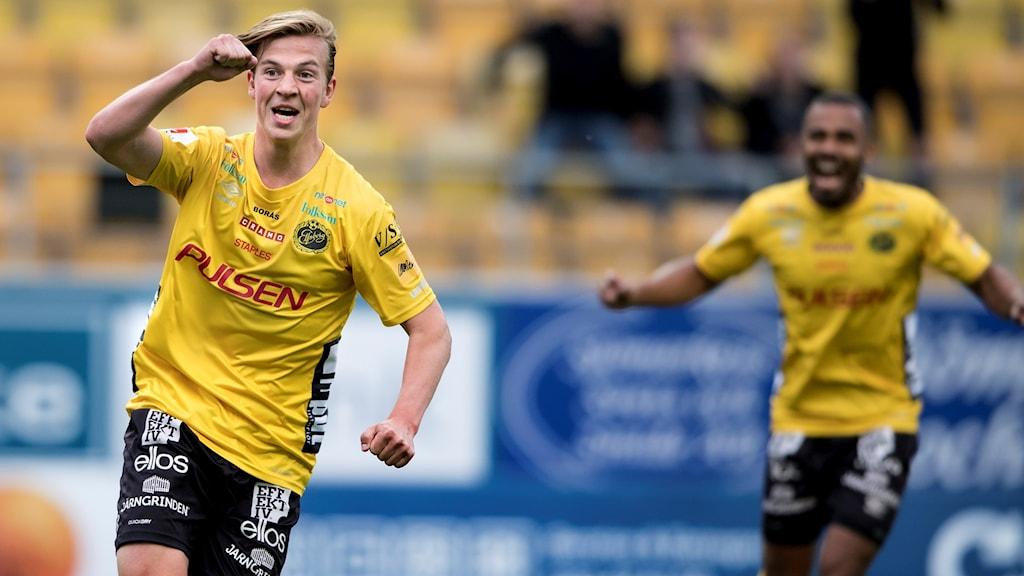 Simon Olsson jublar efter att ha gjort mål mot Häcken i förra säsongens möte lagen emellan i Borås.