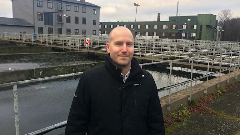 Pär Carlsson, VA-chef på Borås energi och miljö framför avloppsbassänger på Gässlösa.