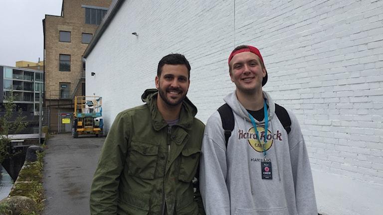Konstnären James M Rizzi och volontären Georgije Djukanovic på festivalen No limit.