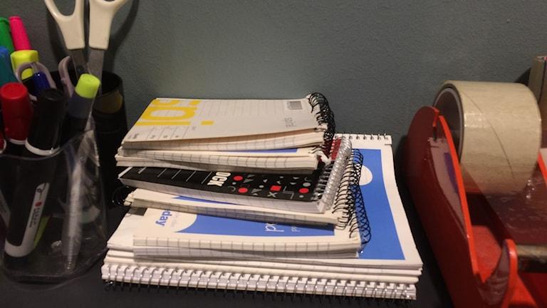 Block, pennor och tejp.