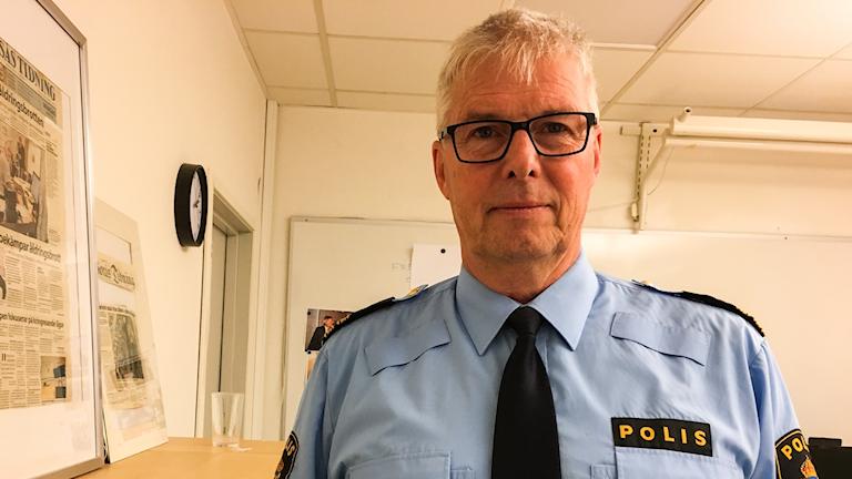 Håkan Carlsson i polisuniform på sitt kontor.