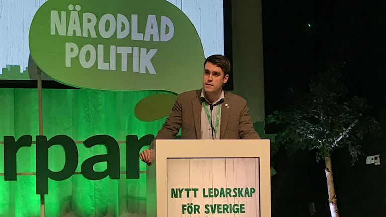 Mikael Larsson bakom talarpodiet
