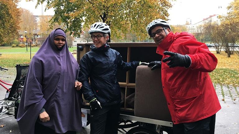 Samira, Julia och Kamran framför returcykeln