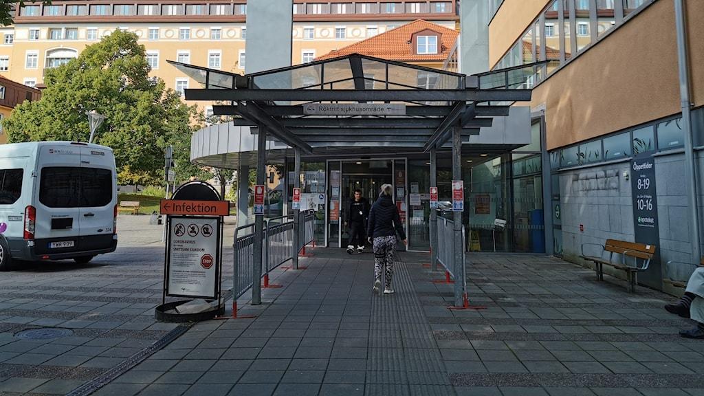 Södra Älvsborgs sjukhus huvudentré i dagsljus med blå himmel.