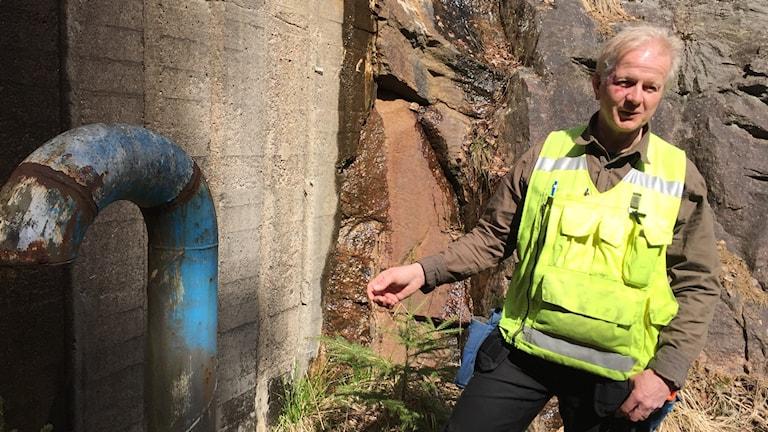 Patric Tengwall, Sveriges Geologiska undersökning framför det före detta oljelagret i Gånghester.