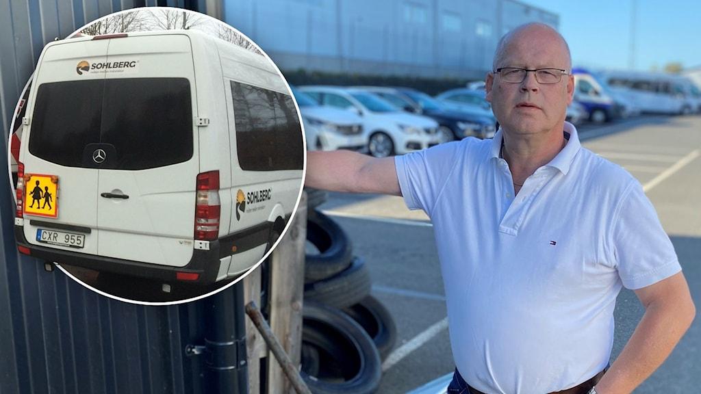 En man i vit tröja. Till vänster en bild på en skolbuss.