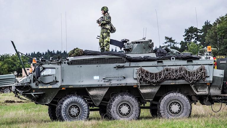 Bilden är från fjolårets övning Aurora. Stridsvagn med soldat på.