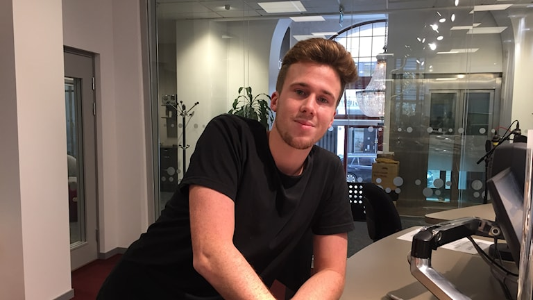 Adam Englund i en svart t-shirt.