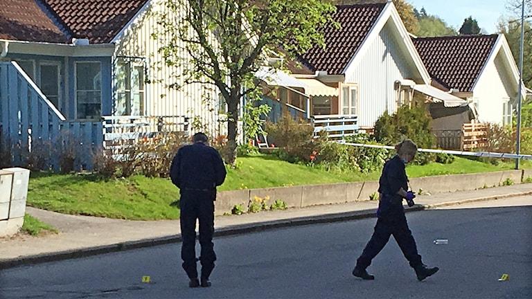 Två poliser genomför en undersökning utanför ett hus i Skene