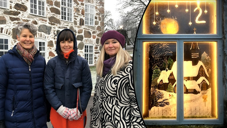 Tre kvinnor i utemiljö. Bild på julpynt i fönster.