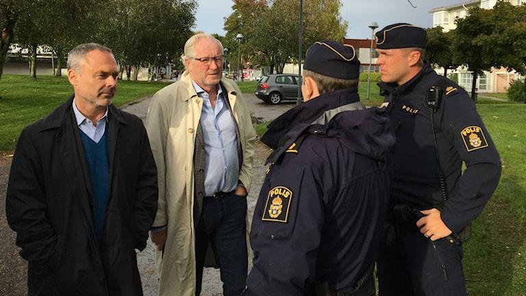 Jan Björklund, Liberalernas partiledare, tillsammans med Morgan Hjalmarsson, kommunalråd för Liberalerna i Borås och polisen på Hässleholmen