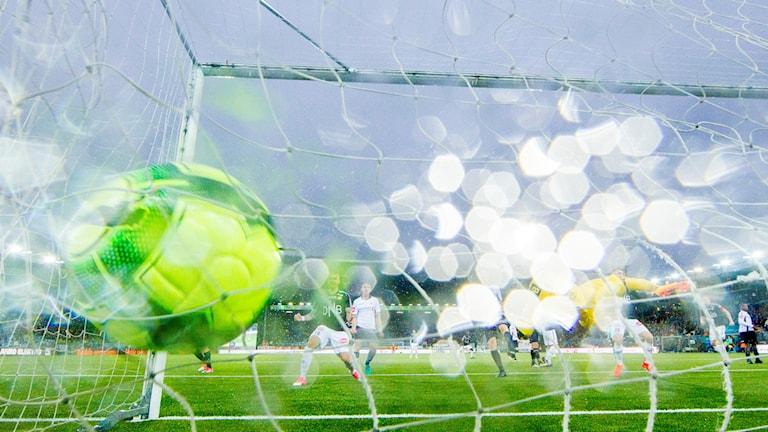 En fotboll skjuts i mål.