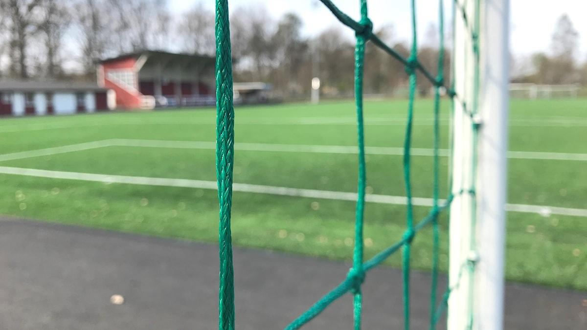 Ett foto på Högvalla idrottsplats i Svenljunga tagen genom ett fotbollsmål.