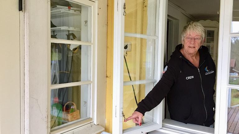 Gun Olsson tittar ut genom sitt fönster i sitt hem i Hulu.