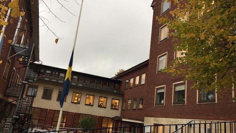 Svenska flaggan på halvstång vid Ulricehamns kommunhus.