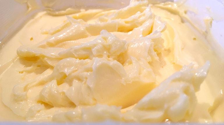 En närbild på smör i ett smörpaket.