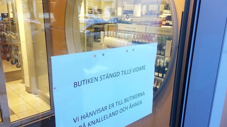 En lapp på dörren säger att systembolaget på Allégatan i Borås är stängt tills vidare.